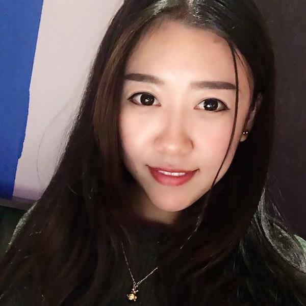 Kathy Wang bất ngờ khi bị nhóm khách hành hung ngay tại cửa hàng mình. Ảnh: AsiaWire