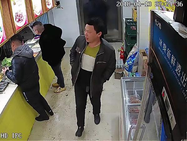 Ba người đàn ông mặt đỏ phừng phừng xông vào quán lẩu tự phục vụ của Kathy đòi mang đồ ăn ra ngay. Ảnh: AsiaWire