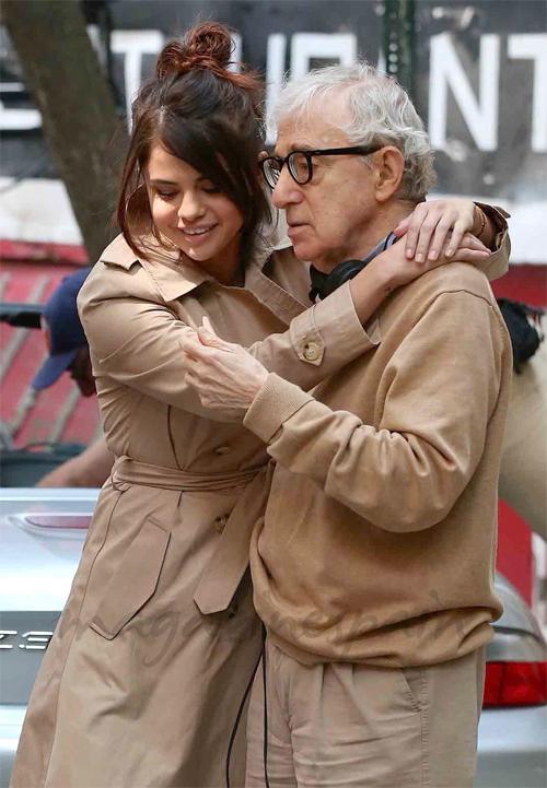 Selena và đạo diễn Woody Allen trên trường quay A Rainy Day in New York.