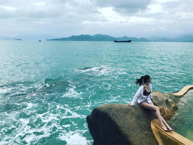 Chân dài Victorias Secret Sui He khoe vóc dáng ở Nha Trang - 1