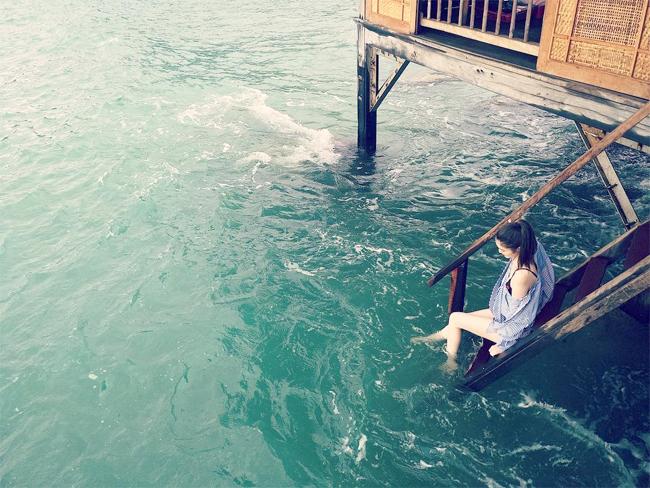 Hà Tuệ khoe hình thể đẹp giữa sóng nước Nha Trang.