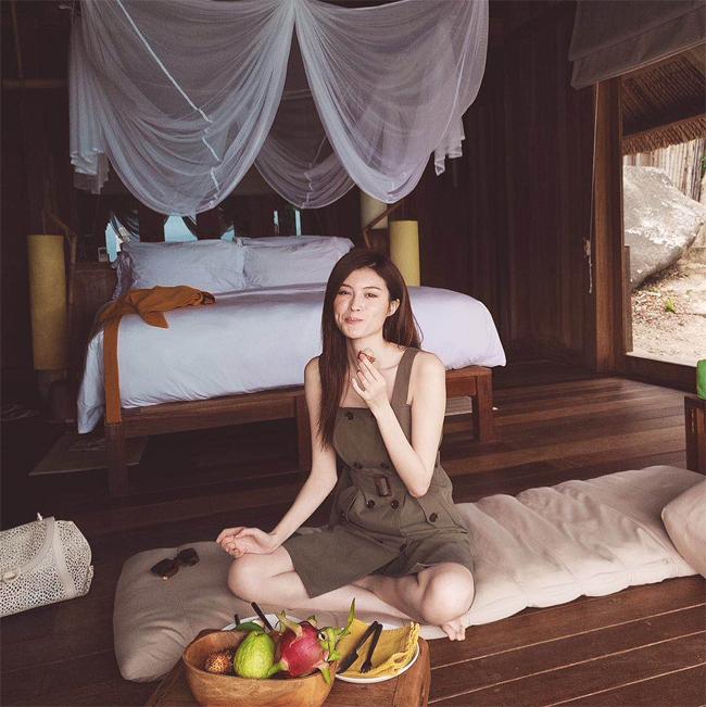 Hà Tuệ thưởng thức hoa quả nhiệt đới đặc trưng ở Việt Nam.