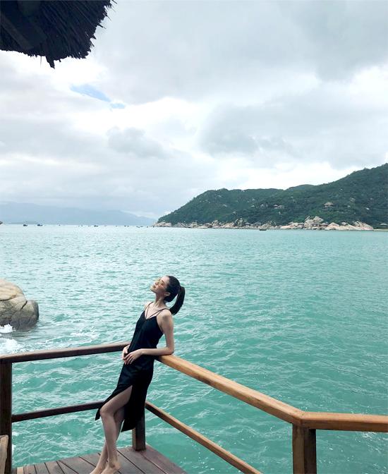 Trên Instagram, người đẹp Trung QuốcSui He (Hà Tuệ) đăng tải loạt ảnh cô ở Nha Trang, Việt Nam. Sui He là người mẫu nổi tiếng thế giới, cô là một trong những chân dàinổi tiếng nhất của Victorias Secret.