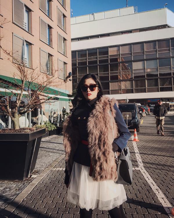 Trong chuyến lưu diễn châu  u, ghé thăm Praha trong những ngày chớm Đông đầu Xuân, Huỳnh Tiên đã bị vẻ đẹp của nên thơ của thành phố này chinh phục. Cô và ekip quyết định lưu lại hình ảnh đất nước, con người Praha trong MV mới nhất mang tên Ta chợt xa của nhạc sĩ Madihu.