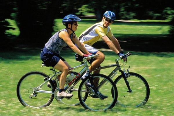 Đạp xe cùng người thân, bạn bè giúp giảm căng thẳng hiệu quả.