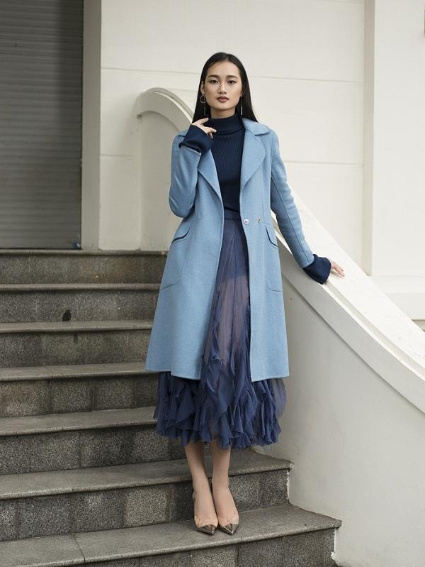 Những quý cô chuộng phong cách thanh lịch có thể kết bạn với thiết kế áo choàng dáng dài xanh da trời nhạt. Vớimẫu trench coat dạ này, phái đẹpcó thể phốicùng chân váy điệu đà, áo len cổ lọ cùng giày cao gót mũi nhọn.