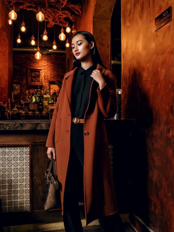 Trench coat tông cam đem lại cho người mặc vẻ đẹp nền nã nhưng không kém phần nổi bật giữa đám đông.