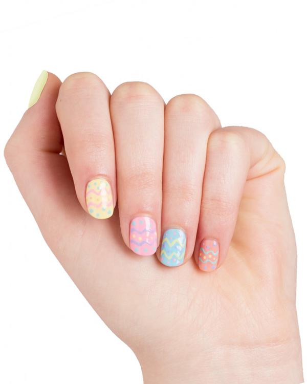 Mẫu móng nhiều màu như những viên kẹo ngọt dành cho các cô nàng dễ thương.