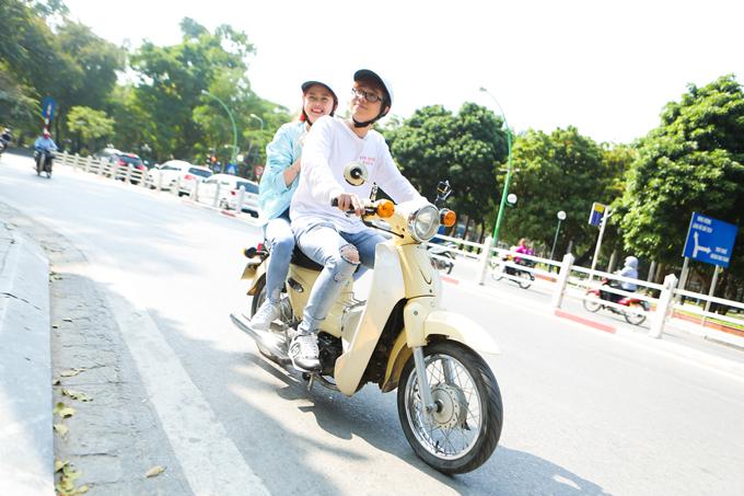 Bùi Anh Tuấn là người Hà Nội. Anh lái xe máy chở Liz vi vu khắp phố phường.