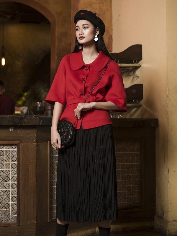 Set dạ cashmere ngắn kết hợp chân váy đenmang lạiphong thái tự tin, hiện đại cho người mặc.