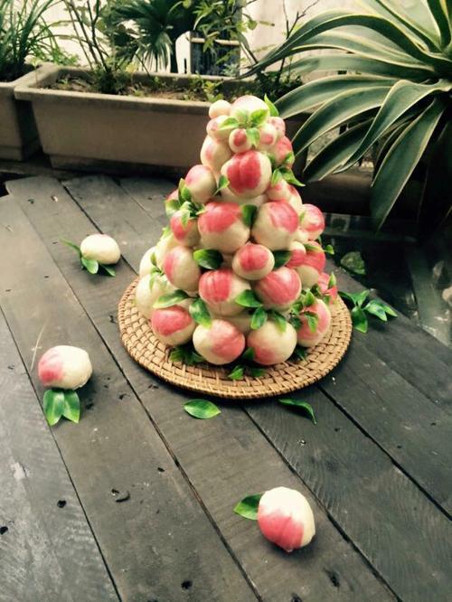 Những chiếc bánh bao hình trái đào được xếp thành tháp hoặc bày đơn giản trong các khay gỗ là vật phẩm ý nghĩa mang đi lễ chùa, dành tặng cha mẹ trong lễ mừng thọ hoặc trang trí bàn thờ ngày Tết.
