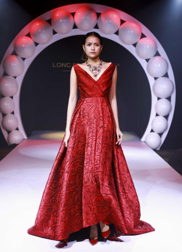 Hoa hậu HHen Niê diện váy ren khoét lườn trên thảm đỏ - 7