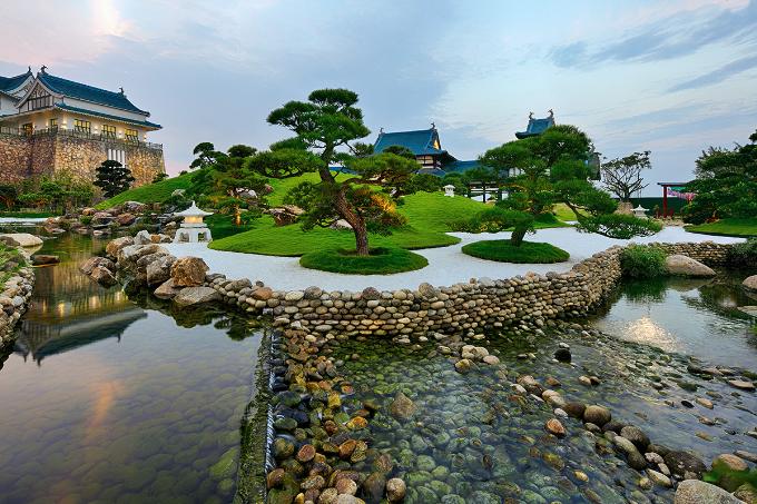 Du khách được tham quan vườn Nhật với mô hình núi Phú Sĩ thu nhỏ.