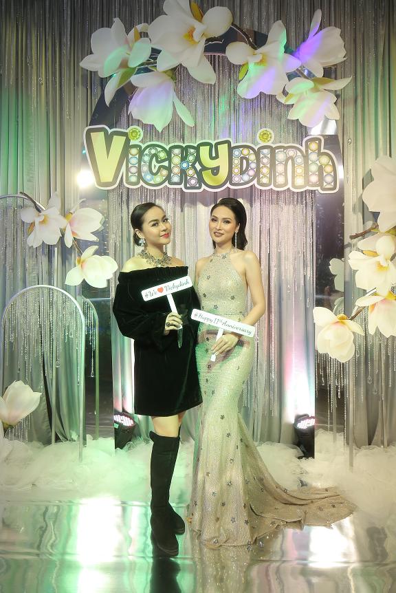 Ca sĩ Vũ Hạnh Nguyên diện váy đentrễ vai điệu đà chụp ảnh cùng bà chủ thương hiệu VickyDinh Lens.