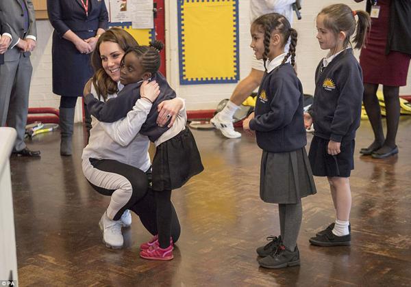 Chiều 17/1, công nương Kate, 36 tuổi, tới thăm trường tiểu học Bond ở Mitcham, phía tây nam thủ đô London, để kiểm tra tình hình hoạt động của Tổ chức Tennis dành cho trẻ em tại đây.