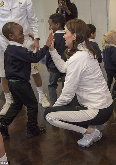 Thấy vậy, những em bé đứng ở phía sau cũng bắt chước, tranh thủ bắt tay Kate để bày tỏ sự yêu mến với nàng công nương nước Anh.