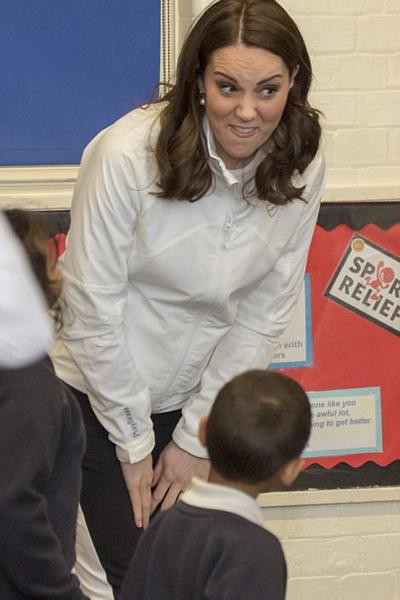 Bà bầu Kate làm biểu cảm ngộ nghĩnh trên gương mặt để trêu đùa các em nhỏ.