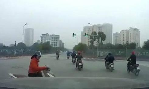 Vượt đèn đỏ và nghe điện thoại, người phụ nữ đi xe máy bị ôtô đâm