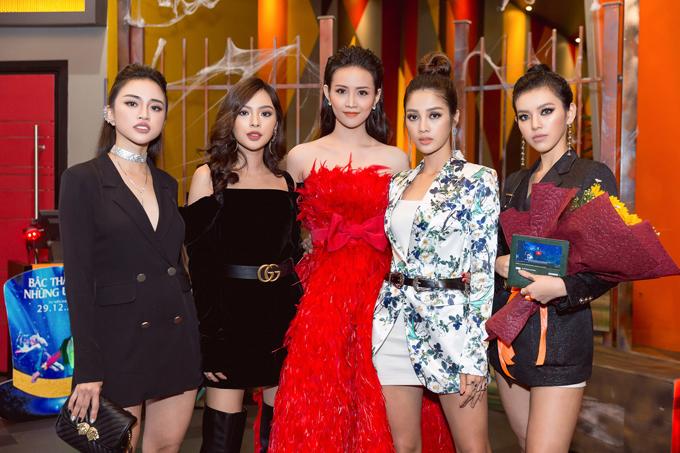 Đông đảo bạn thân của Trương Mỹ Nhân đến ủng hộ cho bộ phim mới của cô.