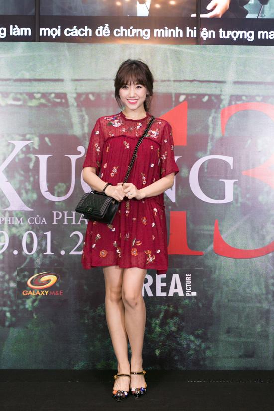 Hari Won diện váy hoa trẻ trung, một mình đi xem phim mà không có ông xã Trấn Thành tháp tùng.
