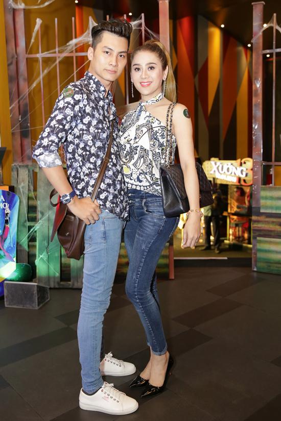 Sau đám cưới lãng mạn, vợ chồng Lâm Khánh Chi - Phi Hùng tái xuất showbiz. Cả hai mix áo hoạ tiết với quần jeans, khoác tay nhau tình cảm đến ủng hộ cho đoàn phim Xưởng 13 tại sự kiện ra mắt vào tối qua (17/1) tại Sài Gòn.