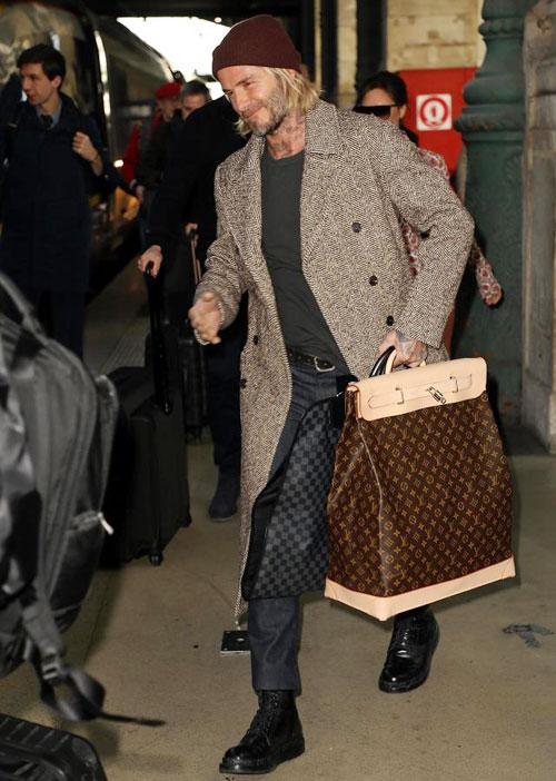 Cựu danh thủ Anh tươi tắn khi tới ga Du Nord, Paris vài giờ sau đó.