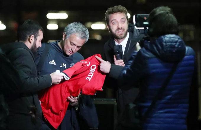 Mourinho bị lừa ký vào áo in tên kè thù Conte