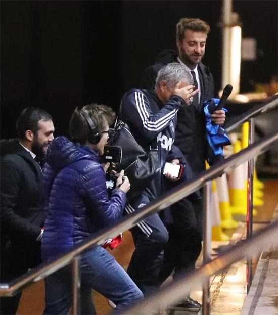 Mourinho bị lừa ký vào áo in tên kè thù Conte - 1