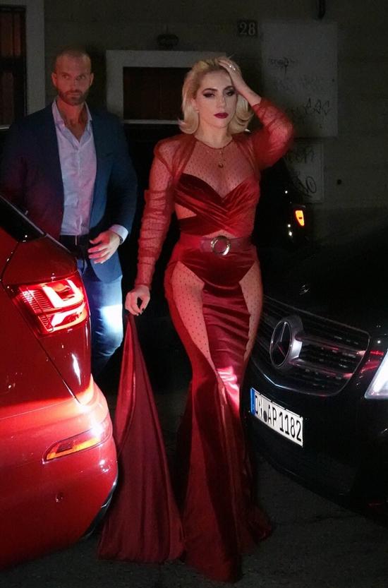 Lady Gaga tới nhà hàng Da Giacomo ở Milan vào tối thứ 4, 17/1. Cô trang điểm đậm, diện bộ đầm đỏ rực xuyên thấu cùng phụ kiện không kém phần điệu đà là một chiếc khăn tay dài.