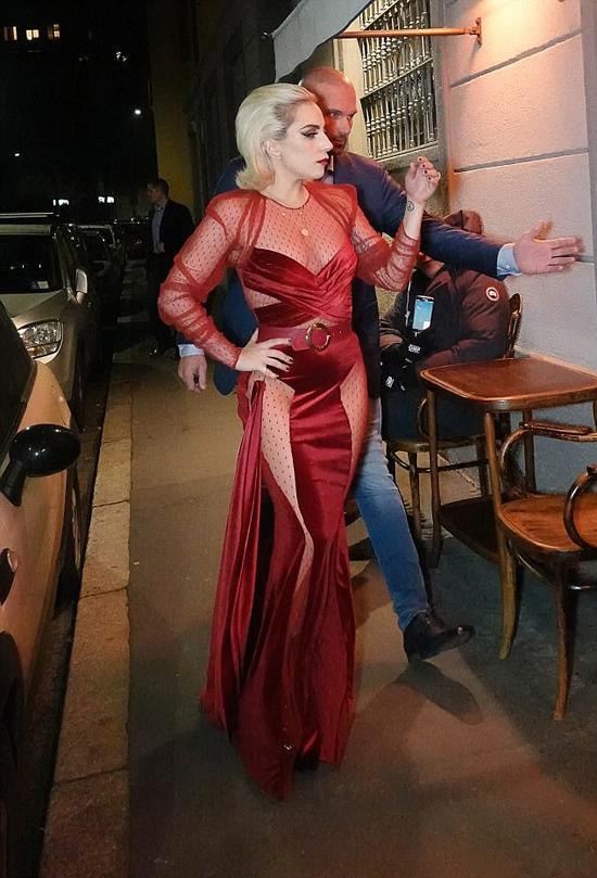 Gaga vốn nổi tiếng với phong cách thời trang táo bạo khác người. Những năm gần đây cô cũng đã tiết chế trong cách ăn mặc cho đỡ hở hang hơn.