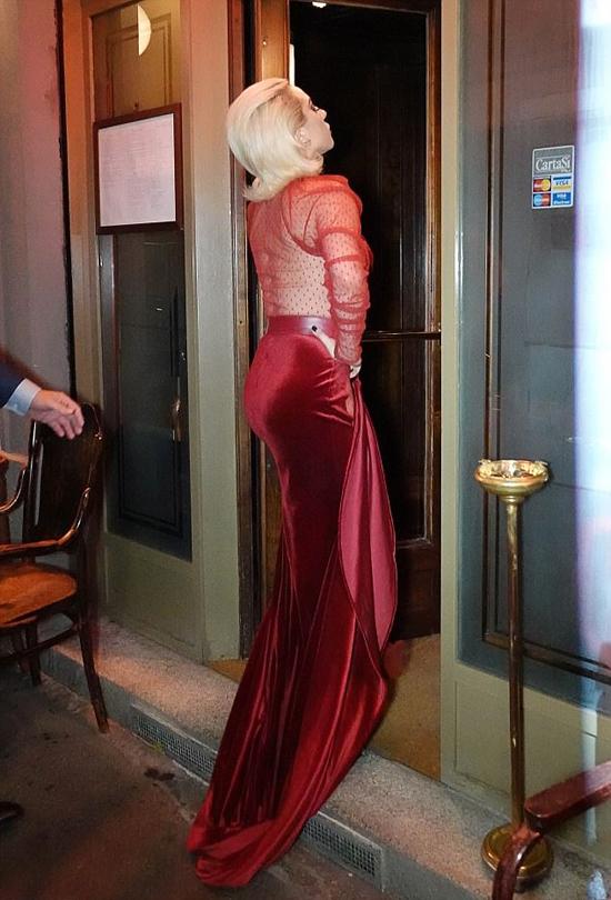 Nữ ca sĩ kiêu kỳ bước vào nhà hàng.