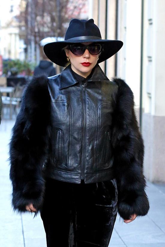Vài giờ trước đó, ngôi sao nhạc pop Mỹ mặc bộ đồ đen kết hợp giữa các chất liệu nhung, da và lông thú.