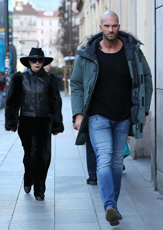 Cô được vệ sĩ hộ tống đi dạo mua sắm trên đường phố Milan. Gaga đang đi tour biểu diễn vòng quanh châu Âu.