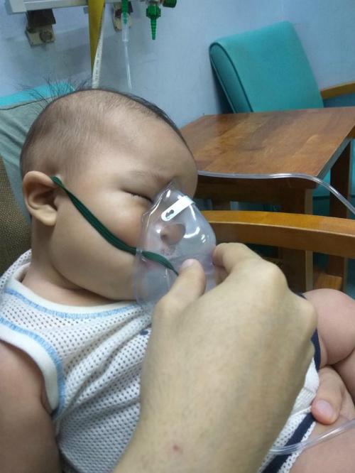 Con trai của Huda bị sốt cao, khó thở khi vào viện.