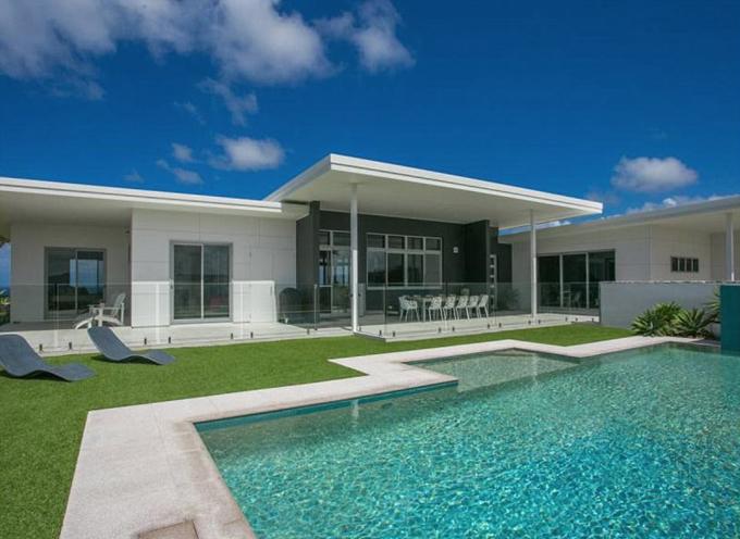 Biệt thự này được rao bán vào tháng 3/2017 với giá gần 4,3 triệu USD. Chris Hemsworth đã thuê ở tạm trong thời gian anh tu sửa nhà.