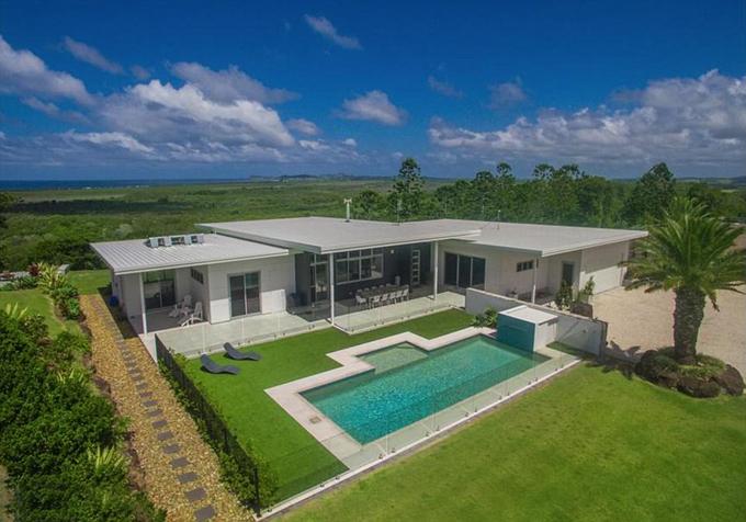 Miley Cyrus và Liam Hemsworth đến Australia để đón năm mới cùng gia đình Hemsworth và vẫn đang có kỳ nghỉ kéo dài tại đây. Cặp sao không ở khách sạn mà tới sống cùng gia đình nhà anh trai - Chris Hemsworth - tại biệt thự đi thuê gần vịnh Byron.