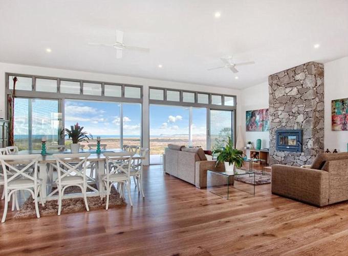 Phòng ăn kết nối với phòng khách với view hướng biển.