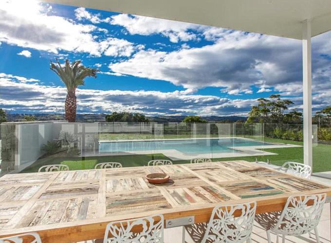 Ngôi nhà nằm trên ngọn đồi hướng ra biển, có view 270 độ và được thiết kế theo phong cách Palm Springs.