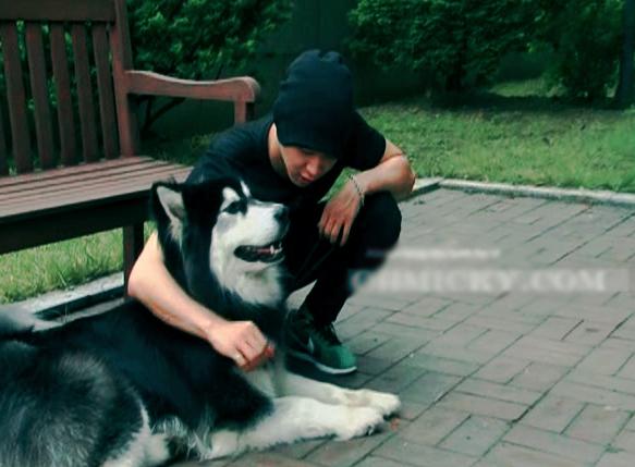 Park Yoo Chun và chó cưng. Ảnh: News