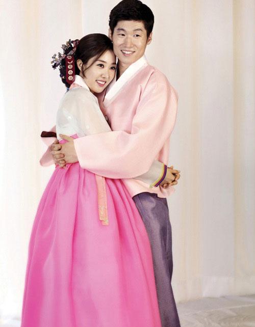Tiền vệ một thời của tuyển Hàn Quốc và bà xã Kim Min Ji trong ngày cưới năm 2014.