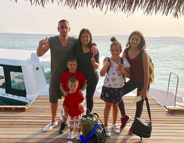 Tiền vệ người Pháp bên cô vợ Wahiba và 4 con trong một kỳ nghỉ năm ngoái.