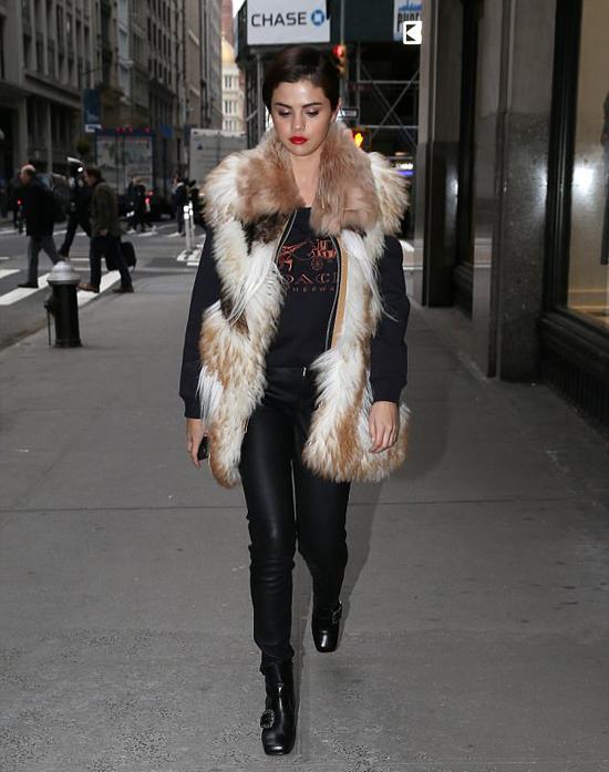 Selena tới studio làm việc hôm 17/1.