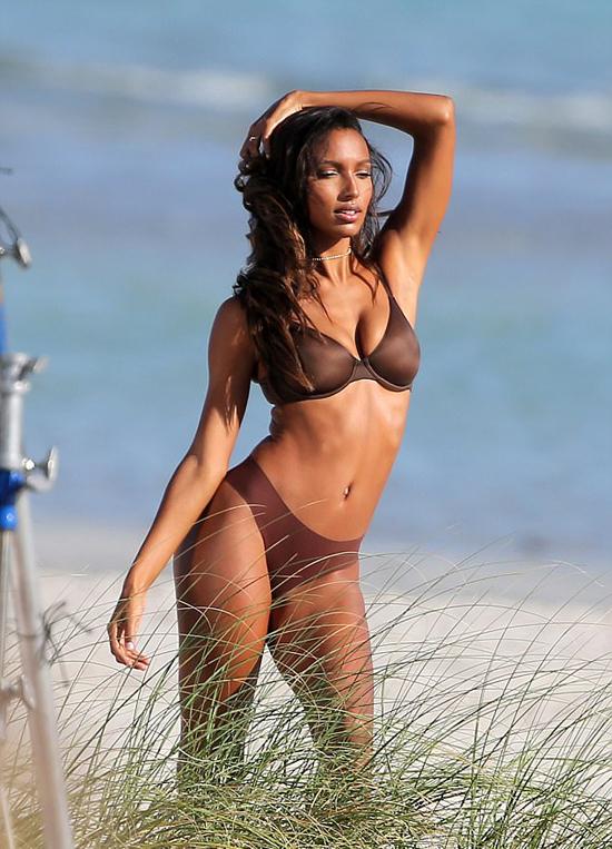 Người đẹp Jasmine Tookes gây ấn tượng với làn da nâu khỏe khoắn.
