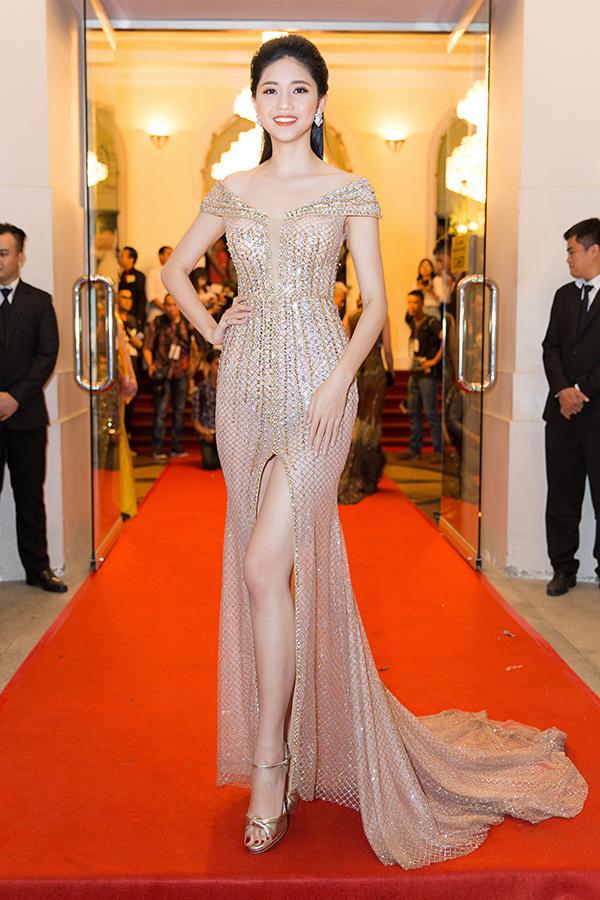 Á hậu Thanh Tú sửa váy cho Hoa hậu Đỗ Mỹ Linh trên thảm đỏ - 1