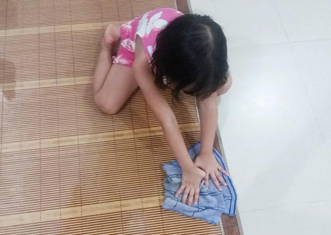 Hạt lạc đầu tiên bé Sâu nhận được nhờ lau chiếu tre và sàn nhà sau bữa cơm. Chị Ánh Hoa chọn cho con chiếc khăn lau vừa tay, hướng dẫn bé những bước cơ bản rồi Sâu tự làm.