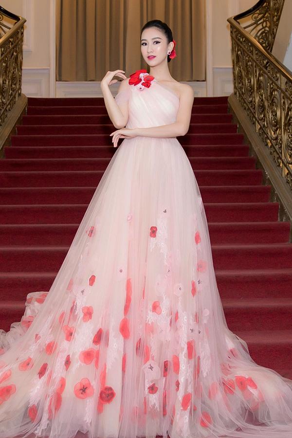[Captiondiện bộ váy lệch vai bồng bềnh của NTK Lê Thanh Hòa, với họa tiết hoa poppy được sắp đặt tập trung ở phần chân váy đầy nữ tính