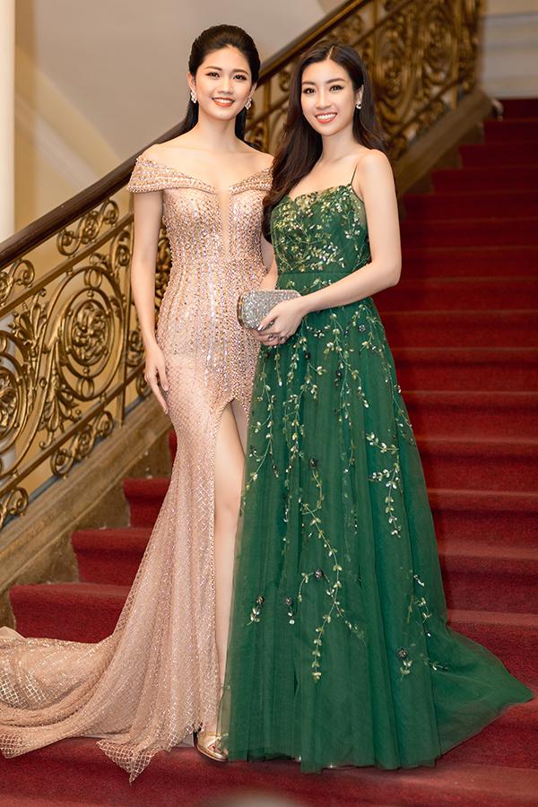 Á hậu Thanh Tú sửa váy cho Hoa hậu Đỗ Mỹ Linh trên thảm đỏ - 2