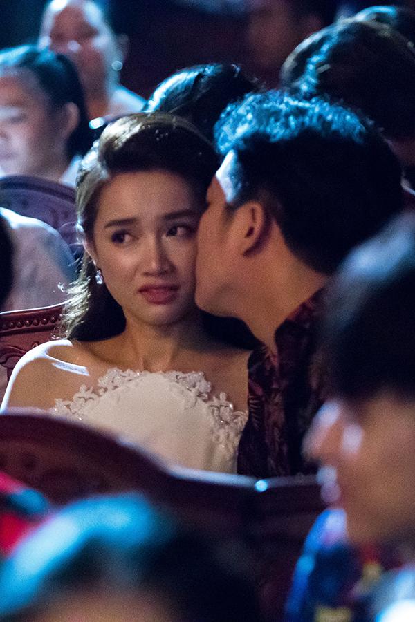 Biểu cảm khó hiểu của Nhã Phương khi Trường Giang cầu hôn.