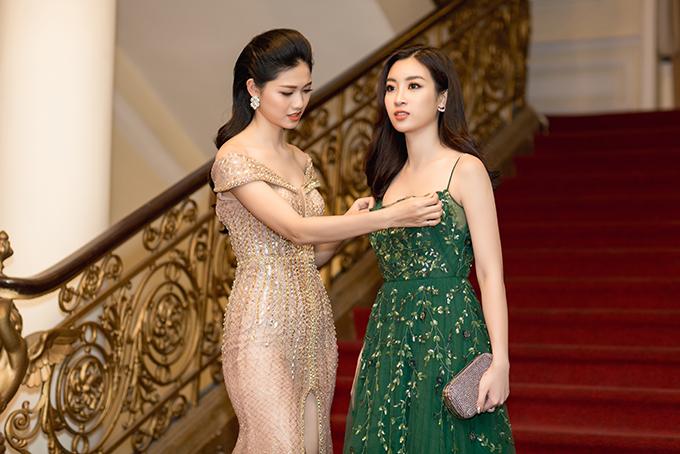 Á hậu Thanh Tú sửa váy cho Hoa hậu Đỗ Mỹ Linh trên thảm đỏ - 3