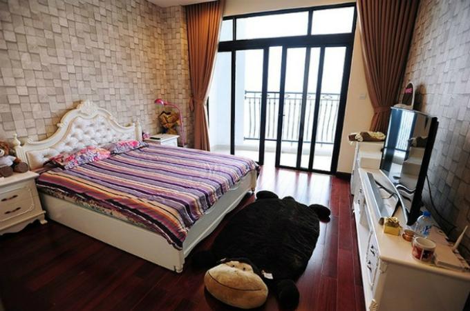 Phòng riêng của á hậubày trí đơn giản nhưng gọn gàng, có ban rộng tầm nhìn rộng mở và nội thất sáng màu.